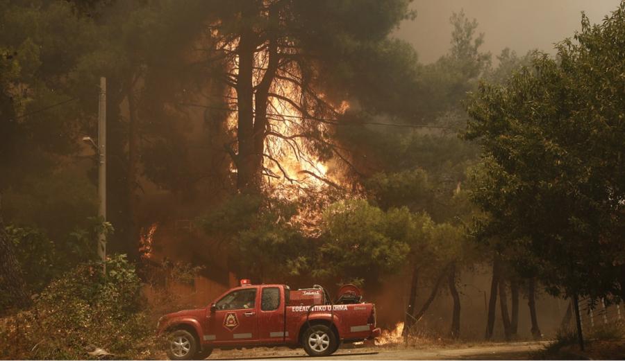Φωτιά στην Σταμάτα: Το χρονικό της πύρινης λαίλαπας - Καίγονται σπίτια και αυτοκίνητα