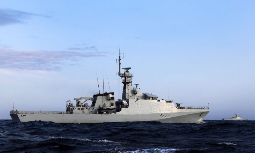 Πολεμικό σκηνικό στη Μάγχη με βρετανικά πολεμικά πλοία και Γάλλους αλιείς