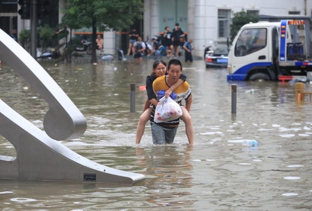 Οι πλημμύρες της χιλιετίας «έπνιξαν» την Κίνα: Χάος, νεκροί και αγνοούμενοι