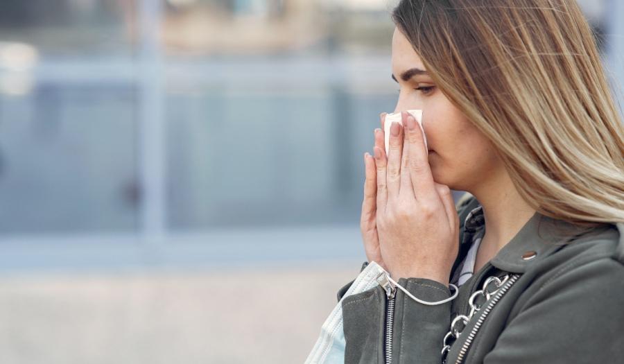 Κορονοϊός: Πότε εμφανίζονται τα συμπτώματα και πότε είμαστε πιο μεταδοτικοί