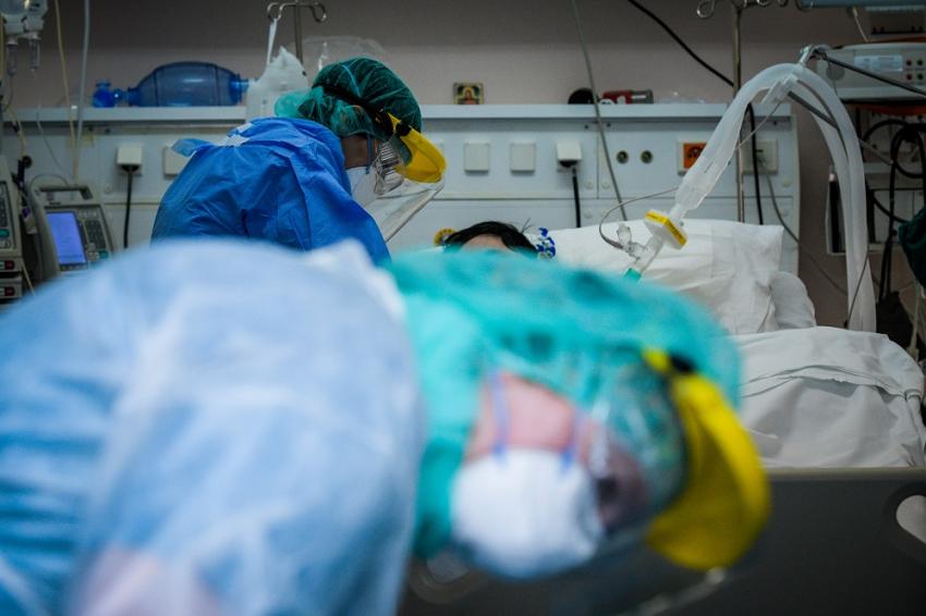 Κραυγή αγωνίας από τους νοσηλευτές για ασθενείς εκτός ΜΕΘ: «Θέλω αναπνευστήρες, έχω ένα παλικάρι 32 χρονών!»