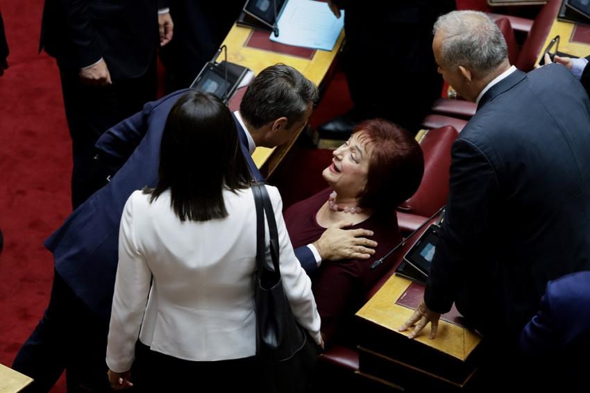 Η συνεπιμέλεια προκαλεί το πρώτο κοινοβουλευτικό ρήγμα στη ΝΔ