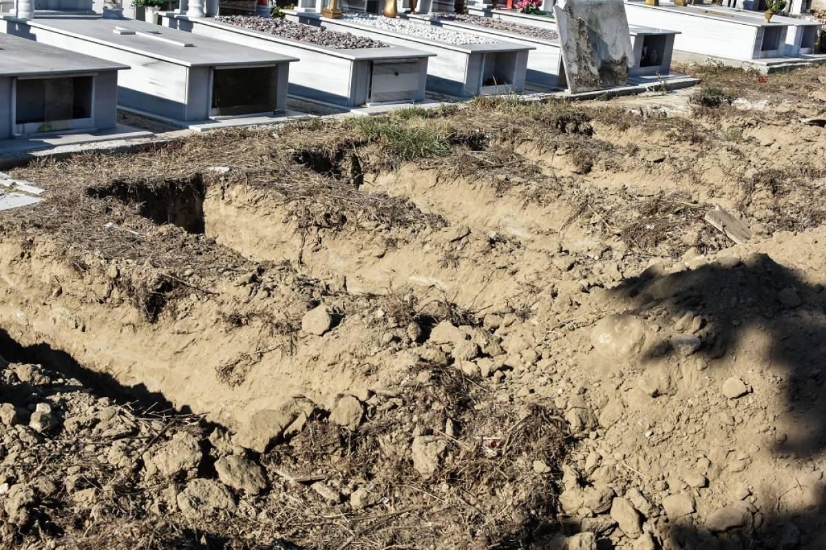 «Σκάβουμε τάφους στο σκοτάδι, σκύβουμε το κεφάλι στο δράμα»: Αυτή είναι η κατάσταση στα νεκροταφεία Θέρμης