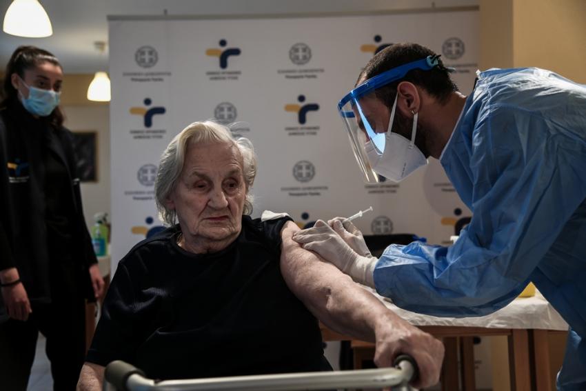 Εμβόλιο: Γιατί έχει εμβολιαστεί μόνο ο ένας στους πέντε άνω των 80 ετών;