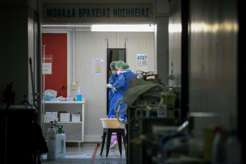 Επιστράτευσαν ανεμβολίαστους γιατρούς και άλλους που παρείχαν εθελοντικά τις υπηρεσίες τους