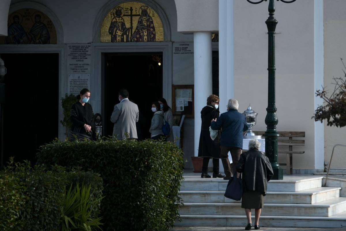 Θεοφάνεια: Ουρές πιστών έξω από εκκλησίες για τον αγιασμό, στα χαρτιά η απαγόρευση