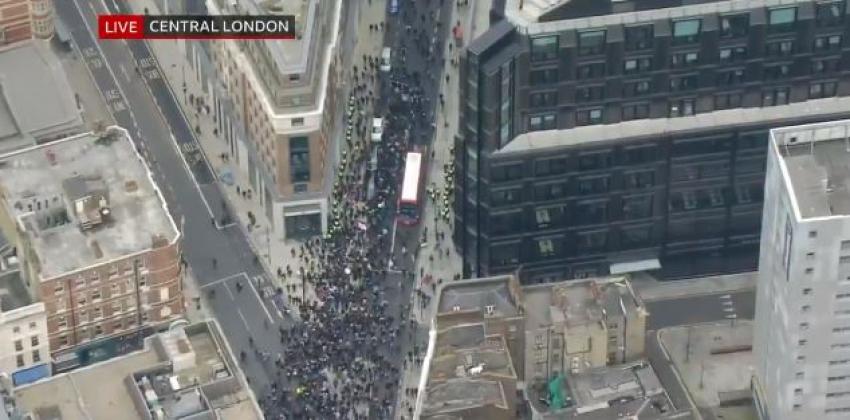 Χαμός στο Λονδίνο: Ξεχύθηκαν σε πορείες για τα μέτρα του κορονοϊού (βίντεο)