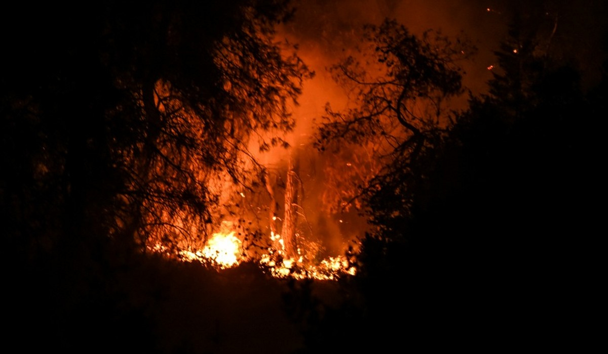 Κόρινθος: Μαίνεται η μεγάλη φωτιά - Ο Στρατός συνδράμει τις προσπάθειες της Πυροσβεστικής