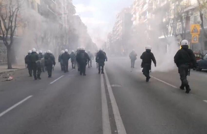Επεισόδια στη Θεσσαλονίκη: Πετροπόλεμος και χημικά (Βίντεο)