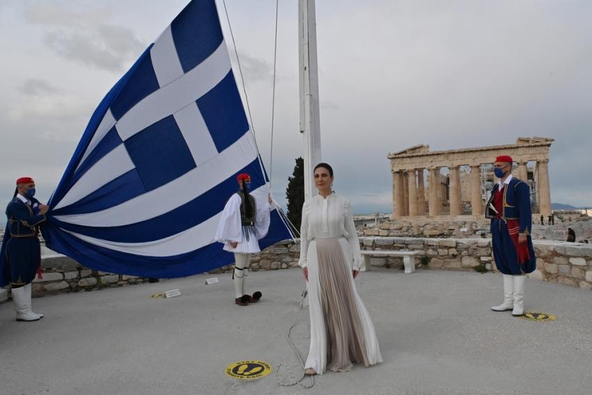 25η Μαρτίου: H έπαρση της σημαίας στην Ακρόπολη και ο Εθνικός Ύμνος από την Αναστασία Ζαννή (Βίντεο)