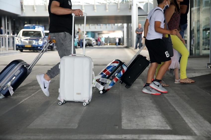 Ψυχρολουσία στην Ελλάδα για το πρόστιμο 5.800 ευρώ σε όποιον Βρετανό ταξιδέψει για διακοπές