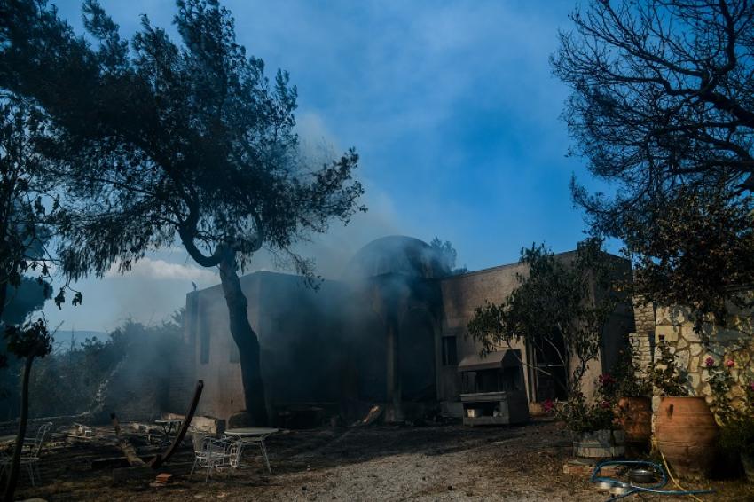 Βιβλική καταστροφή από τη φωτιά σε Κορινθία και Αττική
