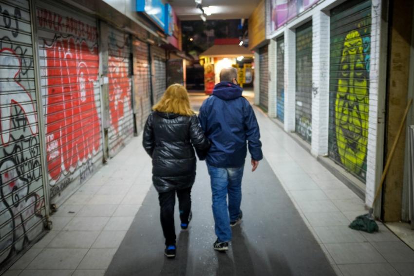Politico: Στην Ελλάδα αυτοί που επιβάλλουν τα μέτρα είναι και αυτοί που τα παραβιάζουν