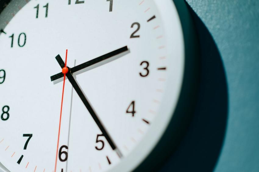Δεν καταργείται η αλλαγή ώρας: Κανονικά αύριο