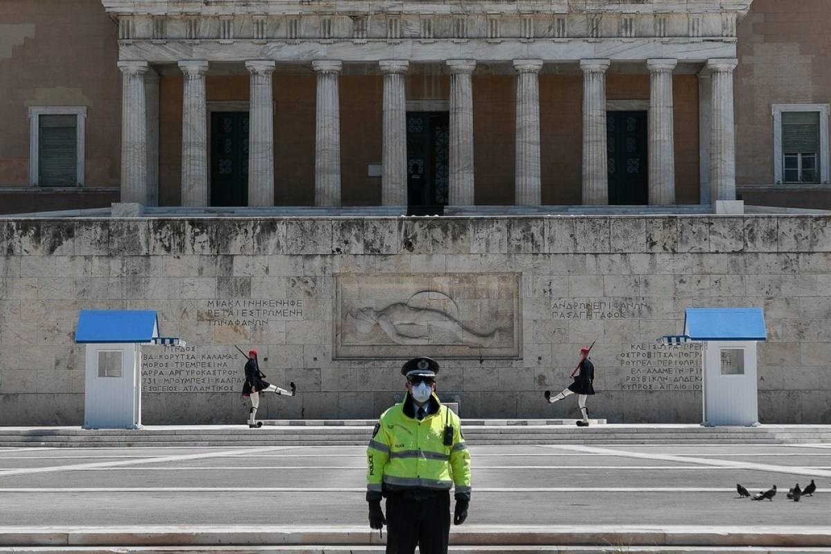 Γιώργος Καρελιάς: Οι Ελληνες πετάνε από τη χαρά τους ή πώς η προπαγάνδα κάνει παπάδες…