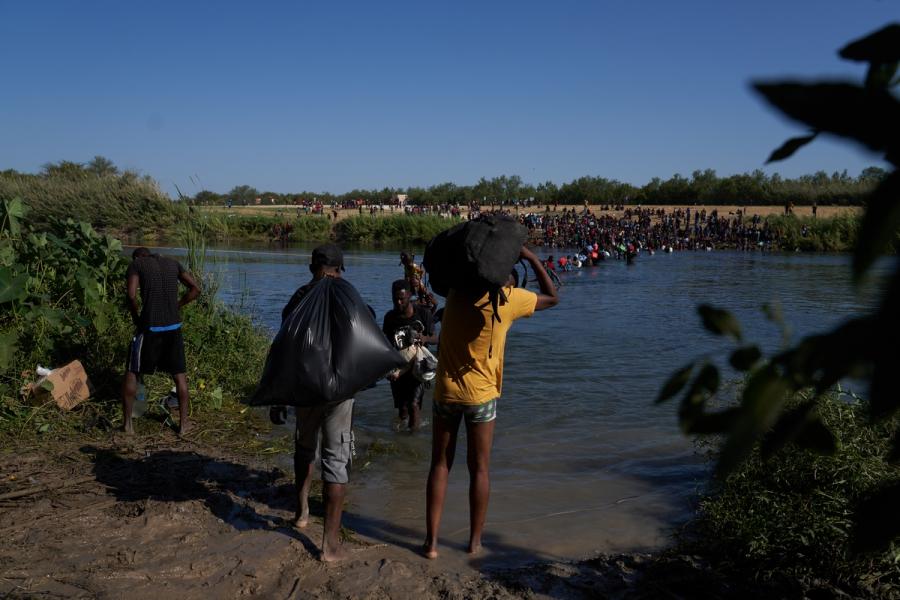 Εικόνες ντροπής στις ΗΠΑ: Έφιπποι συνοριοφύλακες κυνηγούν μετανάστες με μαστίγια