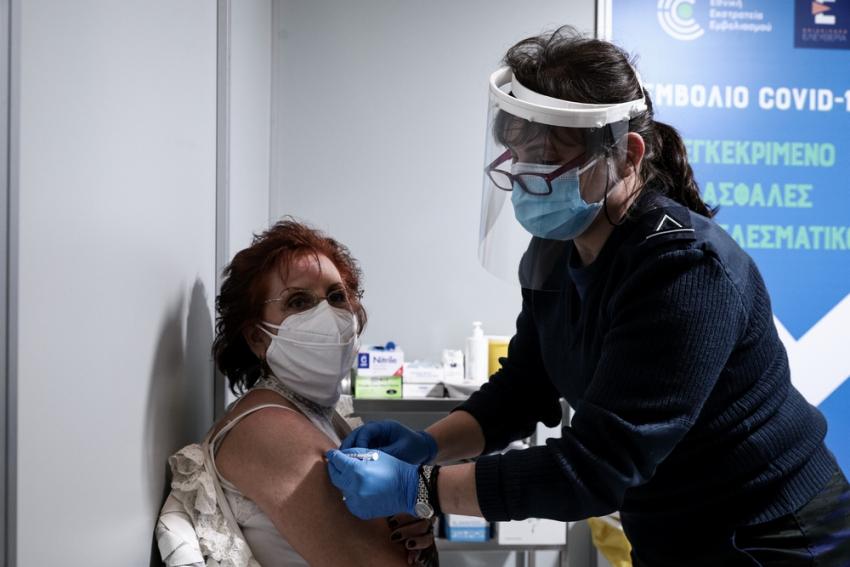 Εμβόλιο AstraZeneca: Κανονικά στην Ελλάδα οι εμβολιασμοί, το πόρισμα της επιτροπής για τις θρομβώσεις